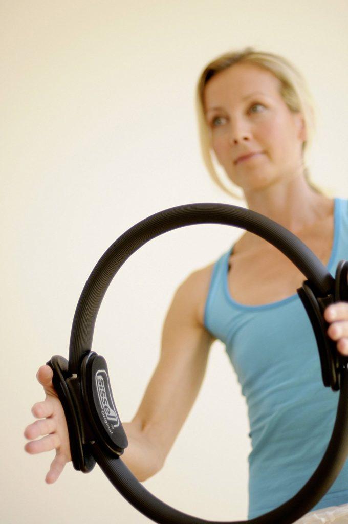 Auch für die Beine ist der Pilates Ring geeignet.
